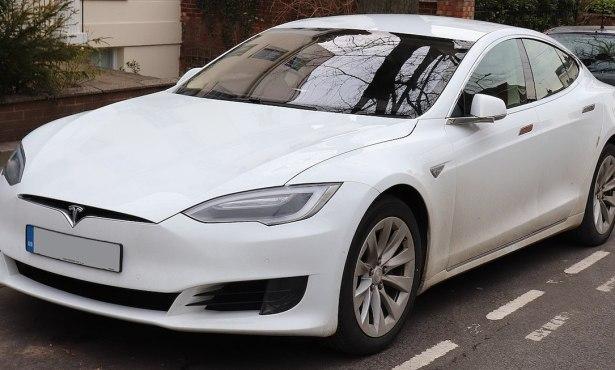 Santa Barbara Brothers Accuse Tesla of False Advertising